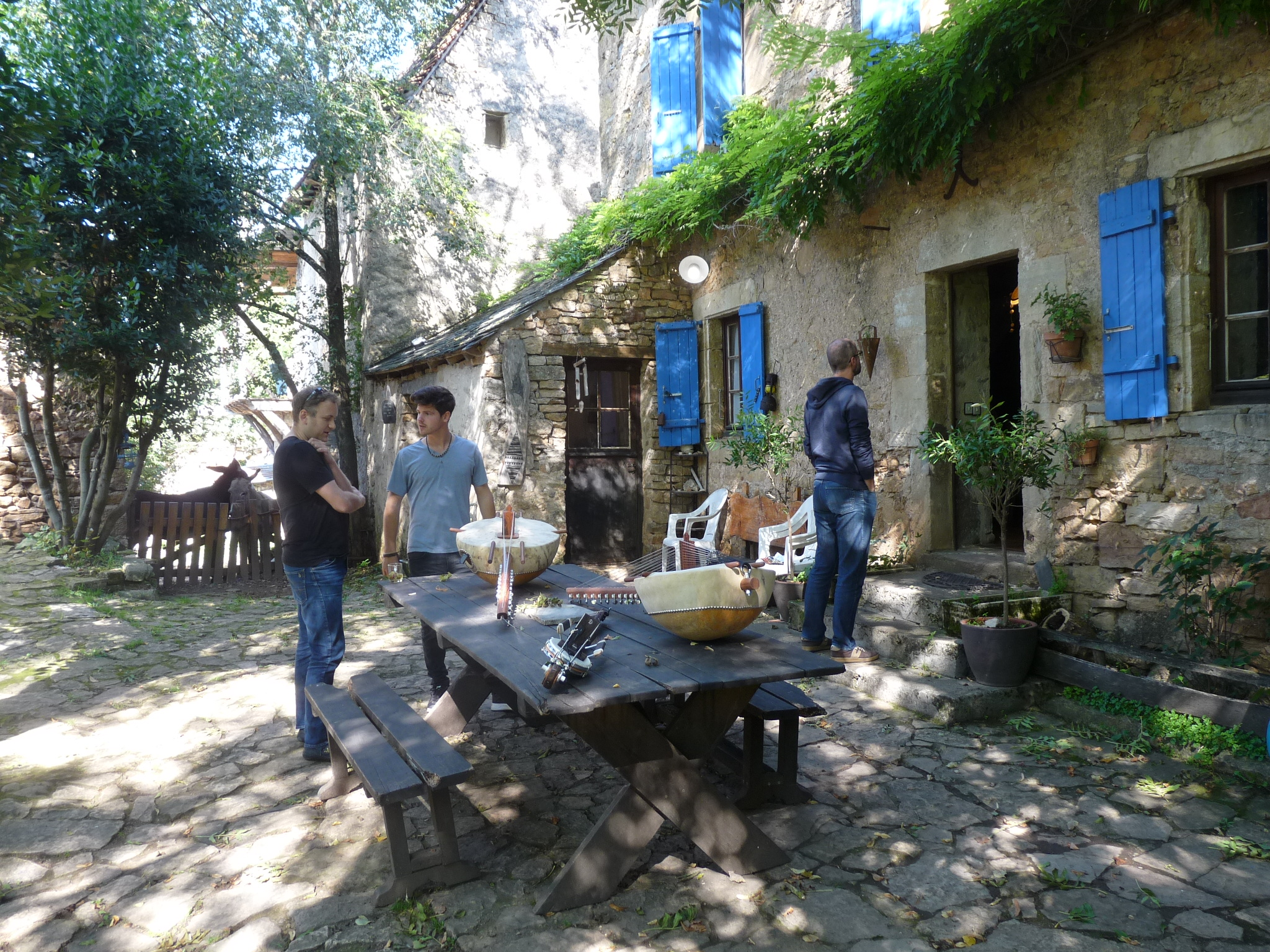 koras on a table outisde stone farmhouse, students waiting for the lunch call